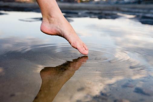 Anglicky dip your toes, obrázek zobrazující palec u nohy před ponořením do vody. Symbolizuje vstup firem alokujících nízké procento svého cashflow do Bitcoinu, tak jako to udělali ve Square.